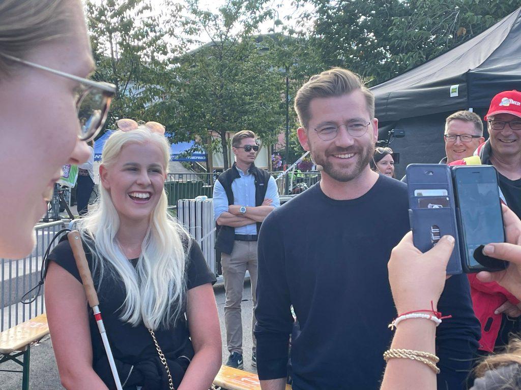 Silje Solvang står ved siden av miljøminister Sveinung Rotevatn fra partiet Venstre. Begge smiler stort.