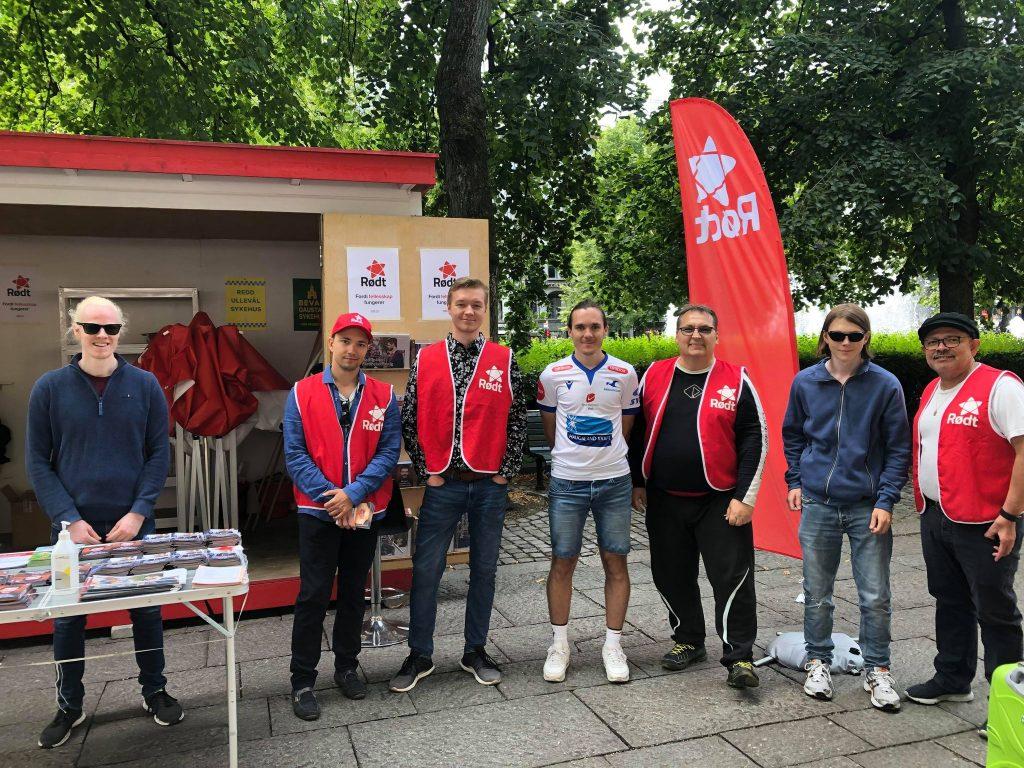 Bildet viser deltagere fra det politiske kurset sammen med representanter fra partiet Rødt som står på stand.