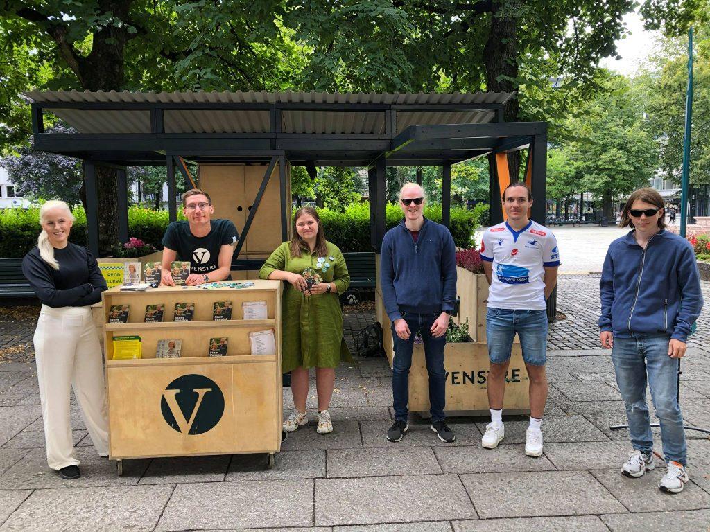 Bildet viser deltagere fra det politiske kurset sammen med representanter fra partiet Venstre som står på stand.