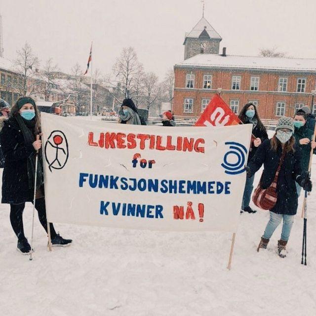 Gratulerer med kvinnedagen alle fantastiske kvinner!!! I dag deltok Ragna Kornelia og Fatuma under markeringen av  kvinnedagen sammen med NHFU i Trondheim! LIKE MYE KVINNE, LIKE MYE VERDT - LIKESTILLING FOR FUNKSJONSHEMMEDE KVINNER NÅ! #likemyekvinnelikemyeverdt #likestilling #likever